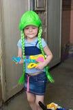 Rockstar des kleinen Mädchens in der Perückenspielgitarre Lizenzfreies Stockfoto