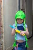Rockstar des kleinen Mädchens in einer Perücke mit Gitarre Stockfotos