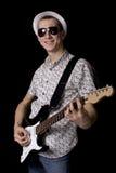 Rockstar mit den Gläsern, die eine Gitarre anhalten Lizenzfreie Stockfotos