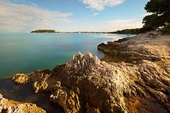 Rocky Adriatic kust i morgonljuset Royaltyfri Bild