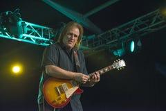 Rocky Atha som spelar gitarren Arkivbild