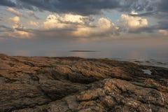 Rocky Atlantic Coast Sunset och moln royaltyfria foton