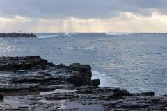 Rocky Australian Pacific Coastline an der Dämmerung lizenzfreie stockbilder