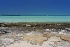 Rocky Bahama Beach con el velero Fotos de archivo libres de regalías