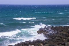 Rocky Beach com as ondas de oceano em Porto Rico imagens de stock royalty free
