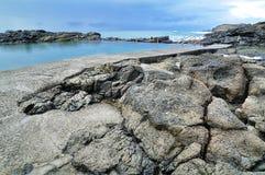 Rocky Beach con una piscina Fotografie Stock