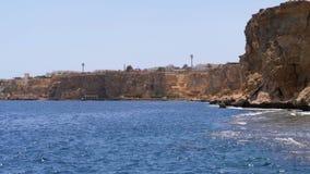 Rocky Beach em Egito Praia em uma baía no litoral com as ondas no mar e nos recifes de corais azuis filme