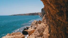 Rocky Beach em Egito Praia em uma ba?a no litoral com as ondas no mar e nos recifes de corais azuis video estoque