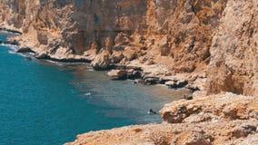 Rocky Beach em Egito Praia em uma ba?a no litoral com as ondas no Mar Vermelho e na Coral Reefs video estoque
