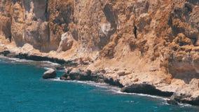 Rocky Beach em Egito Praia em uma ba?a no litoral com as ondas no Mar Vermelho e na Coral Reefs vídeos de arquivo