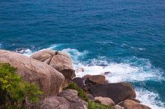 Rocky Beach et vague déferlante photographie stock libre de droits