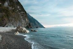 Rocky Beach mit den Klippen, die vorbei in Hualien, Taiwan hängen Lizenzfreie Stockfotografie