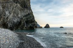 Rocky Beach mit den Klippen, die vorbei in Hualien, Taiwan hängen Stockfoto