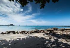Rocky Beach na frente do mar fotografia de stock royalty free