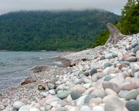 Rocky Beach op Misty Day royalty-vrije stock fotografie