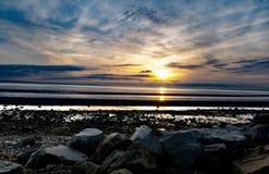 Rocky Beach por la puesta del sol imágenes de archivo libres de regalías