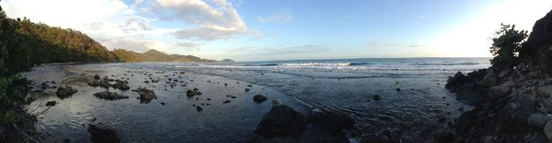 Rocky Beach-Skyline Stockbilder
