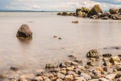 Rocky Beach su Galway South Park fotografie stock libere da diritti
