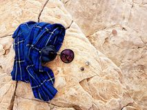 Rocky Beach Sunglasses y bufanda fotografía de archivo