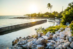Rocky Beach Sunset Bahia Honda-Bahnstations-Ruinen stockfotos