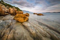 Rocky Beach y mar adriático transparente cerca de Omis Imagen de archivo libre de regalías