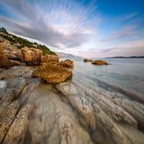 Rocky Beach y mar adriático transparente cerca de Omis Imagen de archivo