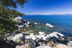Rocky Beautiful Shoreline av Lake Tahoe Royaltyfri Fotografi