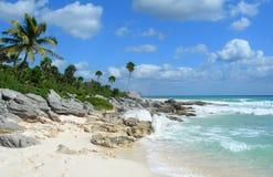 Rocky Caribbean-strand in Mexico Royalty-vrije Stock Foto