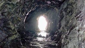 Rocky Cave- und Lit-Öffnung stockfoto