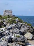 Rocky Cliff avec le temple au site maya de Tulum Photographie stock