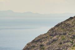 Rocky Cliff con il paesaggio nebbioso del fondo Fotografia Stock Libera da Diritti