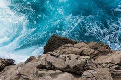 Rocky Cliff Contrast From Above mit dem Zerschmettern des blauen Wassers Whiteca Lizenzfreie Stockfotografie