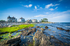 Rocky coast and beachfront homes at Concord Point, in Rye, New H Royalty Free Stock Photos