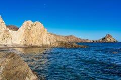 Rocky Coast de Cabo de Gata Nijar Park, Almeria, Espanha imagens de stock
