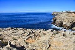 Rocky Coast Extending en el mar fotografía de archivo