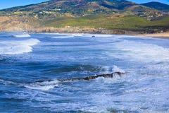 Rocky Coast Extending en el mar imagen de archivo