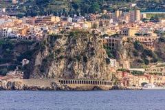 Rocky Coast i den Messina kanalen Royaltyfria Bilder
