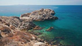 Rocky Coast Of Mykonos Island, Grécia Iate que move lentamente sobre o fundo video estoque