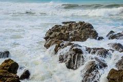 Rocky Coast Ocean Surf Waves Fotos de archivo libres de regalías