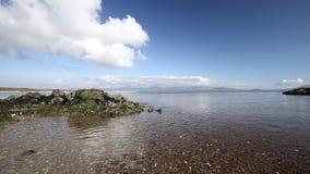 Rocky Coast von Llanddwyn-Insel in Nord-Wales stock footage
