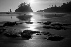 Rocky Coastal Beach bij Zonsondergang Stock Afbeeldingen