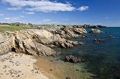 Rocky Coastline av söder av den Yeu ön royaltyfri bild