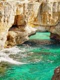Rocky Coastline, cavernas dos penhascos fotografia de stock