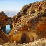 Rocky Coastline, cavernas dos penhascos imagem de stock royalty free