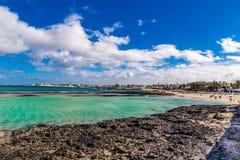 Rocky Coastline - Corralejo, Fuerteventura, Espanha imagem de stock royalty free