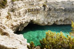 Rocky Coastline, cuevas de los acantilados imágenes de archivo libres de regalías