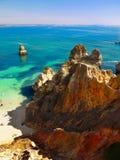 Rocky Coastline, cuevas de los acantilados fotografía de archivo libre de regalías