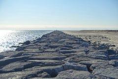 Rocky Coastline pelo farol de Barnegat fotos de stock