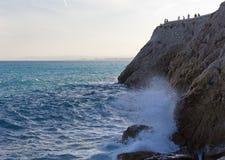 Rocky Coastline- und Türkis-Meer Lizenzfreies Stockbild