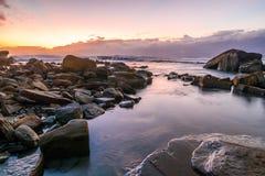 Rocky Daybreak Seascape stock afbeeldingen